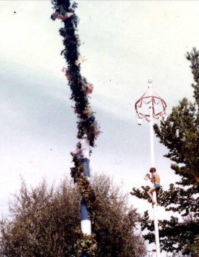1970 : jeune grimpeur à l'assaut du mât aux Arènes de Cimiez