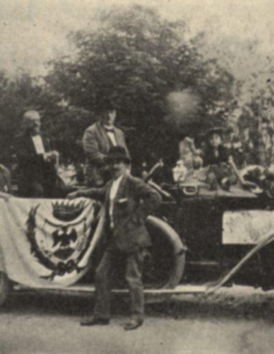 Les membres du comité des traditions niçoises dans la voiture de M. Gaglio. Debout près de la portière et du drapeau niçois, Menica Rondelly (L'Eclaireur du dimanche, mai 1922). 8