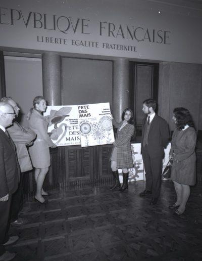 1970 : Comité de sélection de l'affiche des Mais dans la salle du conseil municipal. Photo Ville de Nice, Archives Nice Côte d'Azur, 860 W 1970