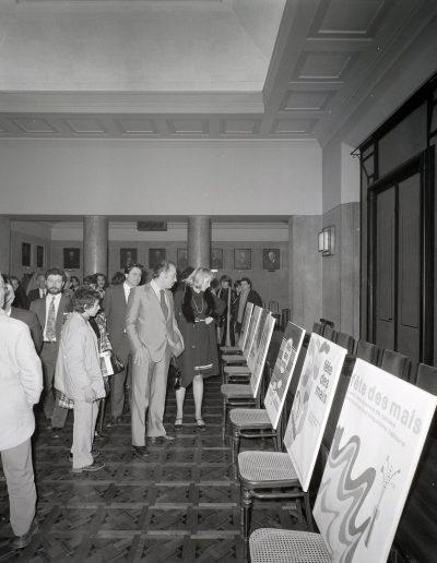 1972 : Comité de sélection de l'affiche des Mais dans la salle du conseil municipal, autour du maire Jacques Médecin. Photo Ville de Nice, Archives Nice Côte d'Azur, 860 W 1972