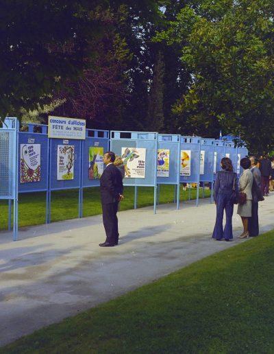 1972 : Exposition des projets du concours d'affiches de la Fête des Mais. Photo Ville de Nice, Archives Nice Côte d'Azur, 860 W 1972