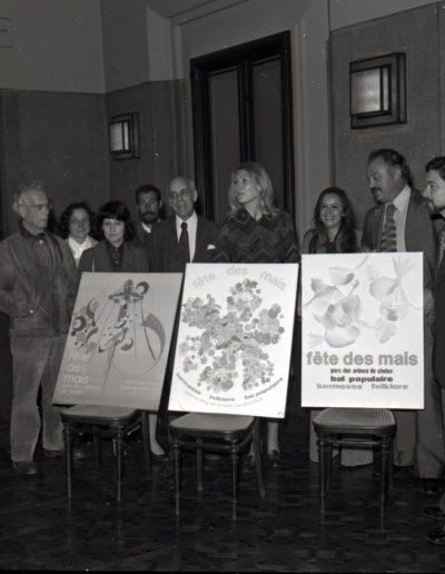 1974 : Comité de sélection de l'affiche des Mais dans la salle du conseil municipal, avec le maire Jacques Médecin. On reconnaît M. Cassi, conseiller municipal. Photo Ville de Nice, Archives Nice Côte d'Azur, 860 W 1974