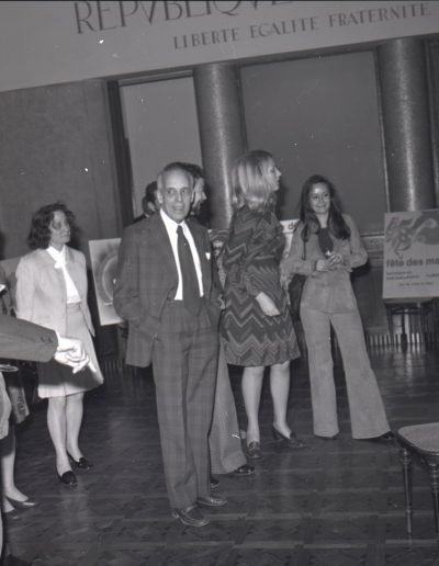 1974 : M. Cassi, membre du comité de sélection de l'affiche des Mais dans la salle du conseil municipal. Photo Ville de Nice, Archives Nice Côte d'Azur, 860 W 1974
