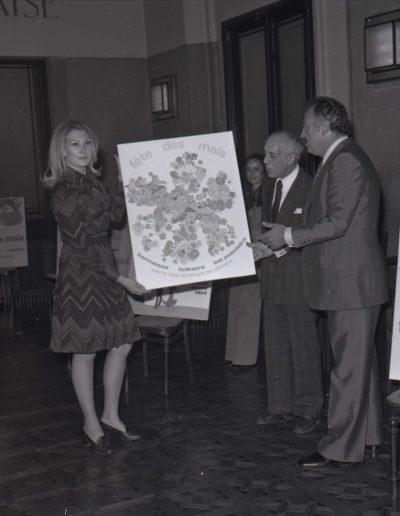 1974 : l'affiche lauréate du concours d'affiche des Mais dans la salle du conseil municipal, avec le maire Jacques Médecin. Photo Ville de Nice, Archives Nice Côte d'Azur, 860 W 1974 17