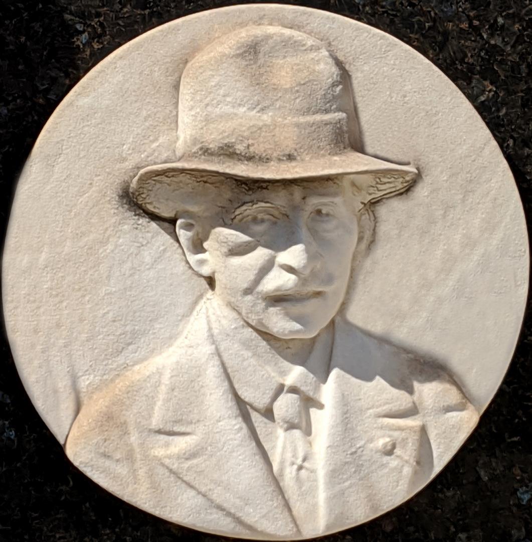 Détail du médaillon figurant sur la tombe de Menica Rondelly au cimetière du Château, 1935. Cliché Ville de Nice, Éric Bertino, 2020