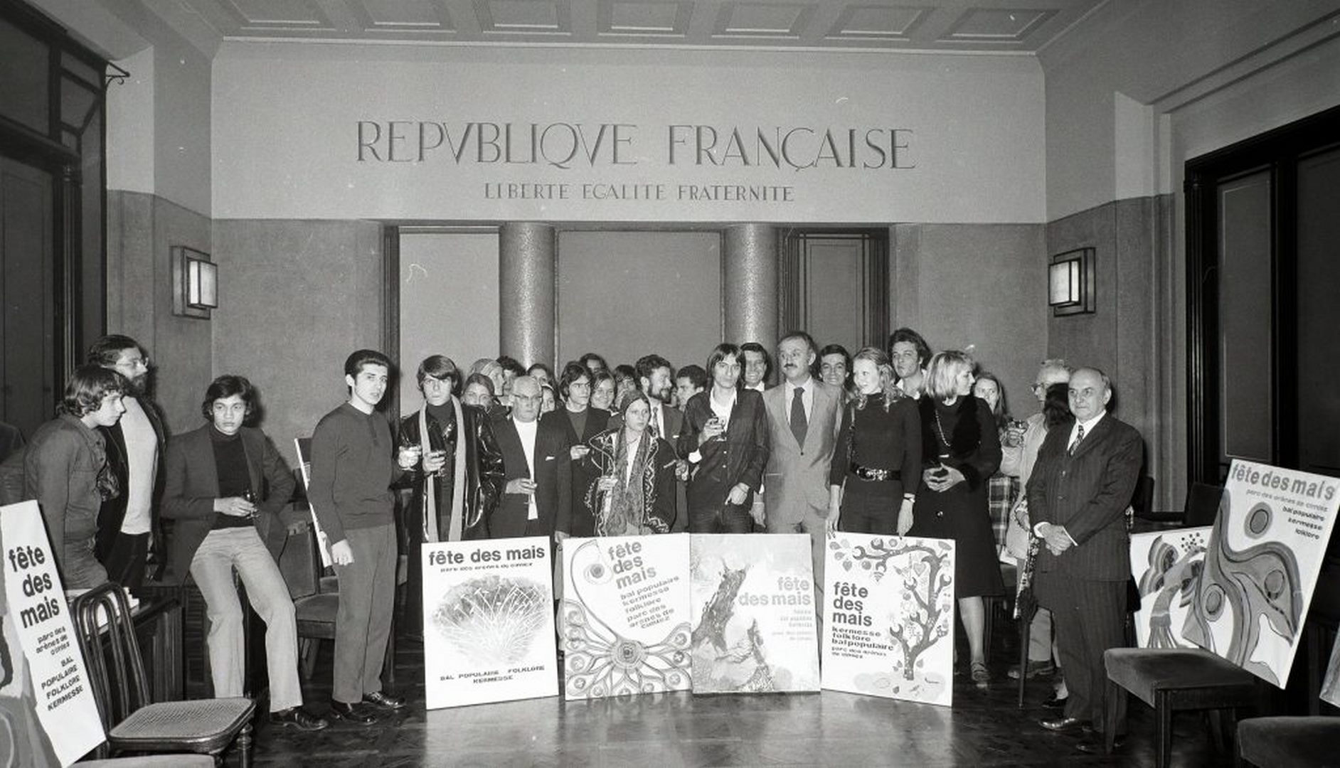 Le comité de sélection de l'affiche des Mais 1972. Dans la salle du conseil municipal, autour du maire Jacques Médecin. Photo Ville de Nice, Archives Nice Côte d'Azur, 860 W 1972